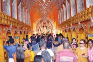 Maddening crowd at Pujas, pandals teem with revelers