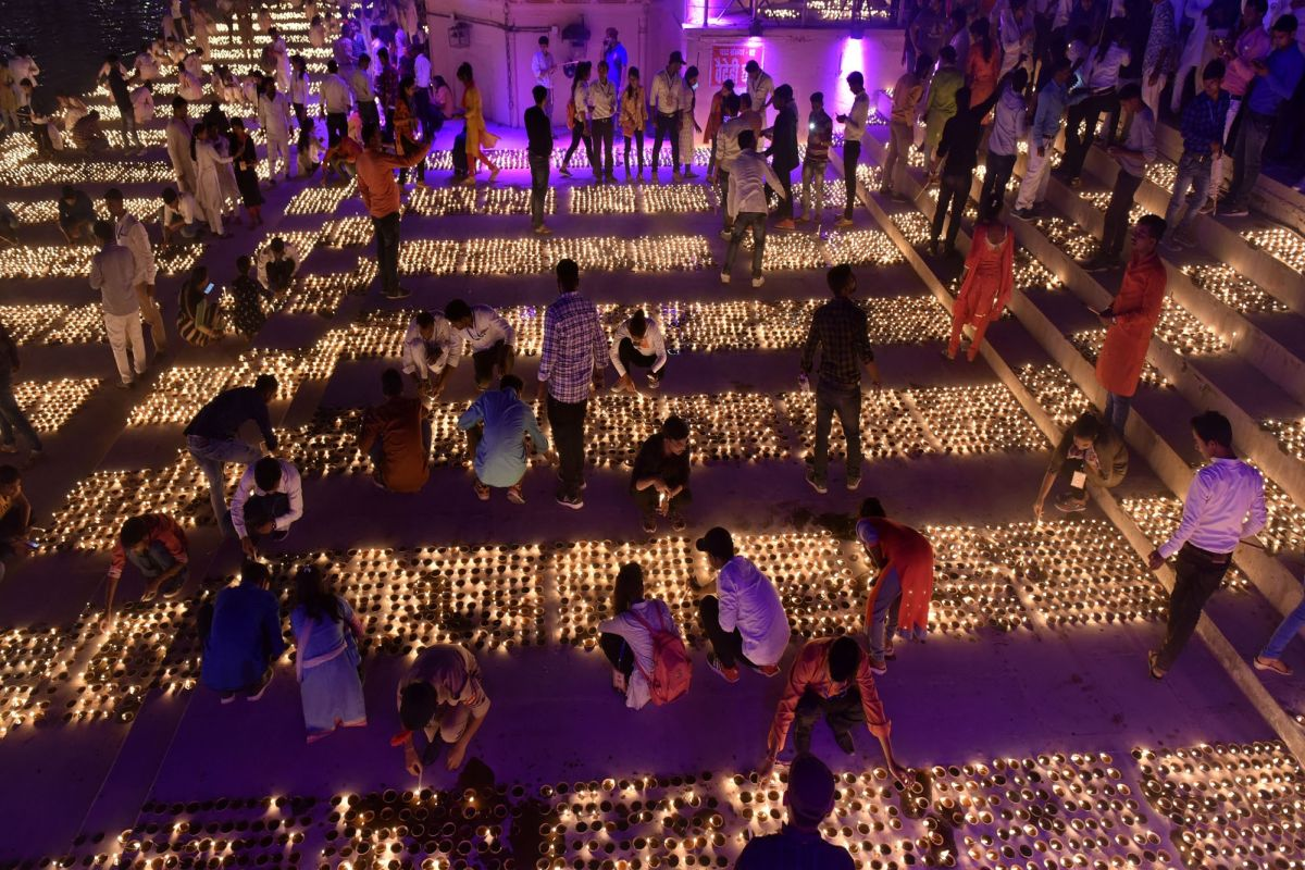 Indian city sets record with dazzling display of 409,000 lamps