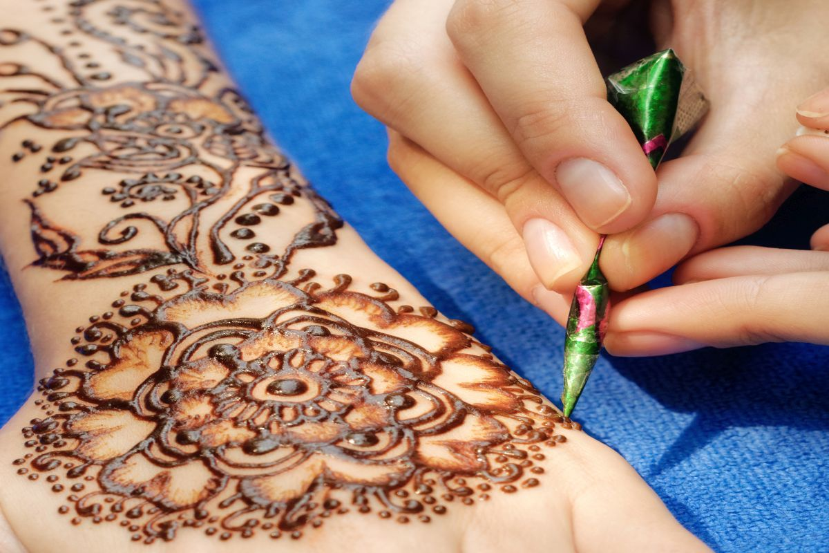Mehndi designs to adorn your hands and feet this Karwa Chauth