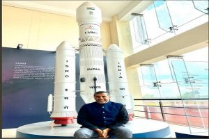 Chetan Bhagat tweets he was ISRO's chief guest, twitterati asks 'why'