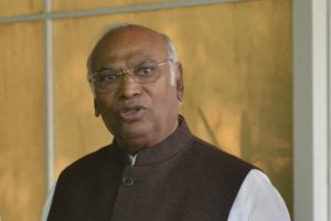 Maharashtra: Mallikarjun Kharge meets Congress MLAs to discuss current deadlock