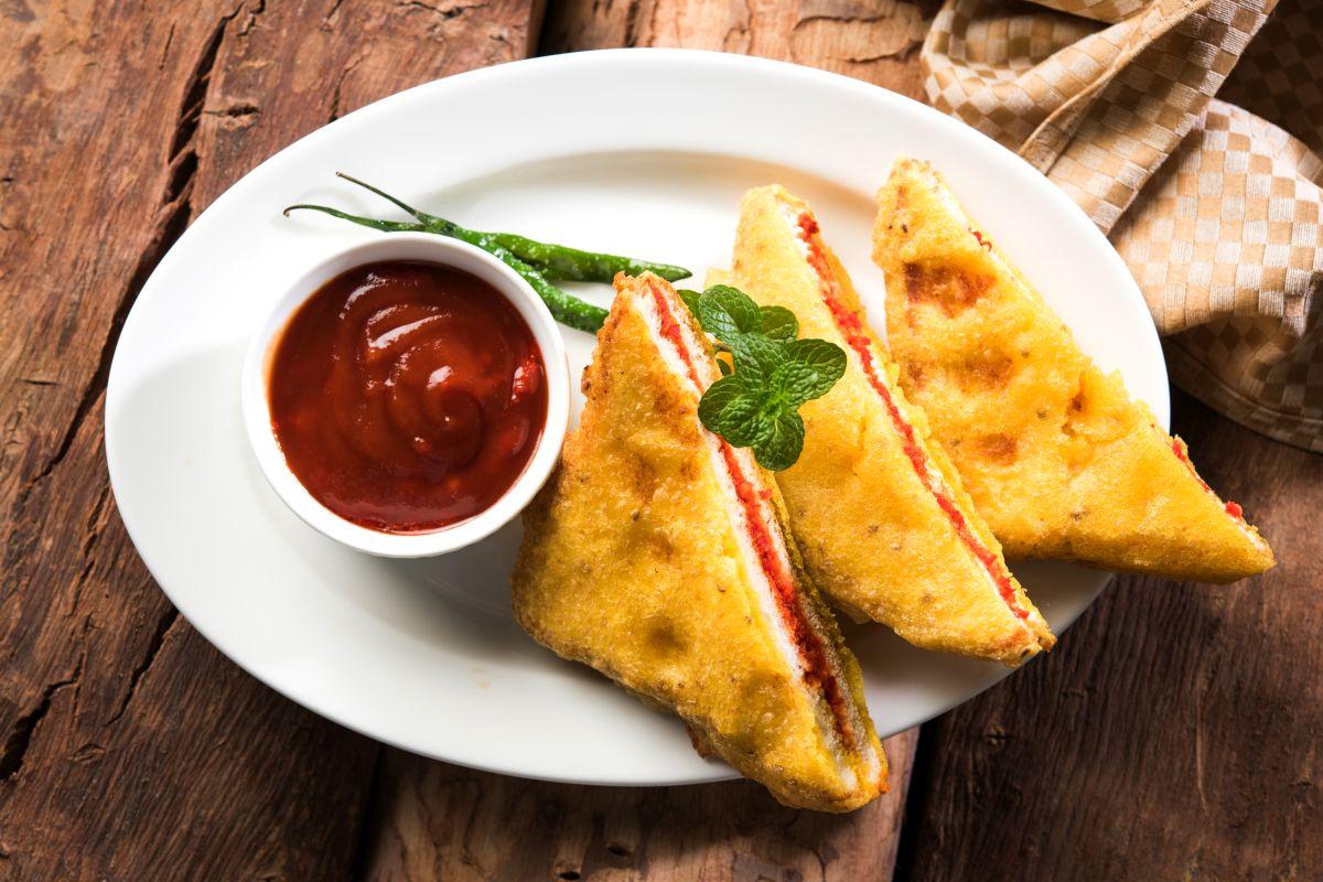 Hot and sizzling stuffed bread pakodas