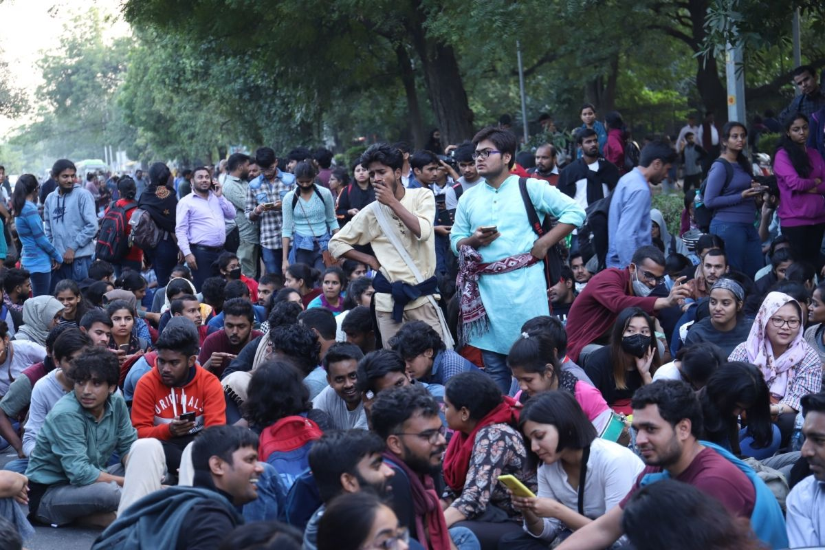 Scuffle between journalists, JNU students during press conference