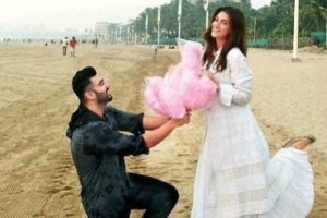 Arjun Kapoor proposes to Kriti Sanon with candy floss at Juhu Beach