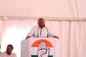 Mallikarjun Kharge meets Congress MLAs amid Maharashtra power tussle