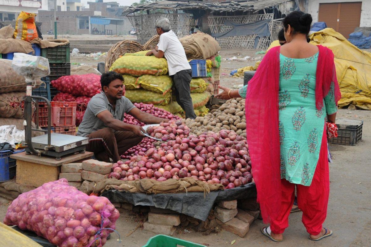 Opposition slams Kejriwal govt for the onion price hike in Delhi