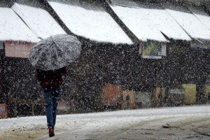 Season's first snowfall in Kashmir, Gulmarg witnesses temperature in minus