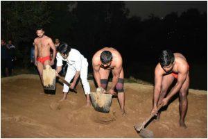 Watch| 'Commando 3' star Vidyut Jammwal wrestles with pahalwans