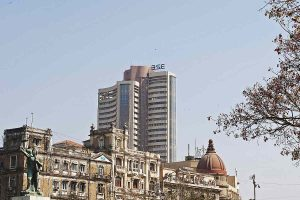 Sensex, Nifty end on a mixed note, top banks fall, automakers gain
