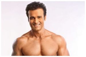 Actor Rohit Roy looks dapper in toned abs