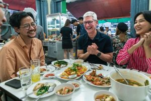Tm Cook meets WWDC scholarship winners in Thailand during his Asia tour