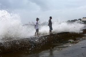 9 dead as typhoon Phanfone slams Philippines