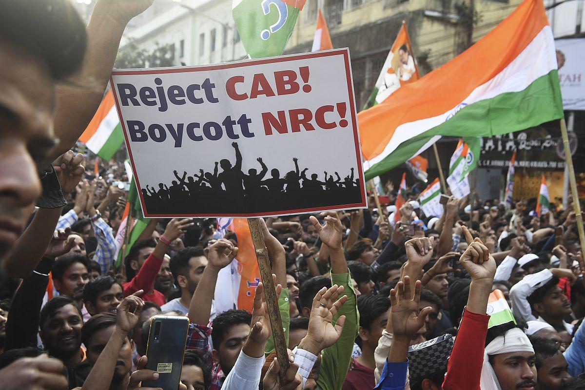 Los partidarios y activistas del Congreso de Trinamool (TMC) participan en una manifestación masiva para protestar contra la Ley de Enmienda de Ciudadanía (CAA) del gobierno indio, en Kolkata, estado de Bengala Occidental, el 16 de diciembre de 2019 | Foto por Dibyangshu Sarkar / AFP