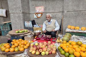 Fruit-seller refuses to charge journos, praised on Twitter