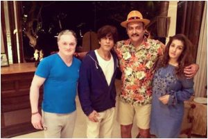 Shah Rukh Khan celebrates with Raveena Tandon, Ravi Shastri; picture goes viral