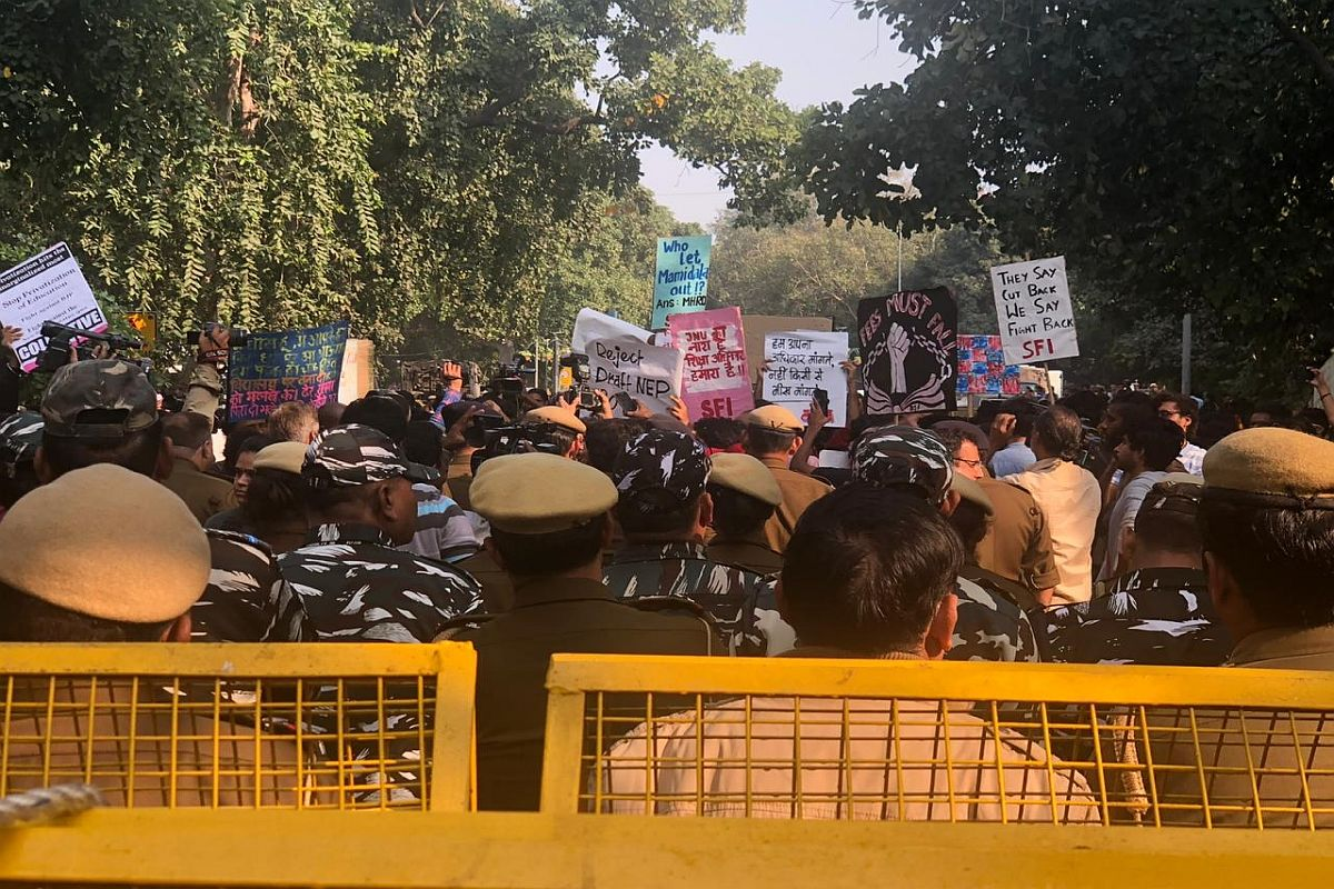 Delhi Police lathi charge protesting JNU students marching towards Rashtrapati Bhawan