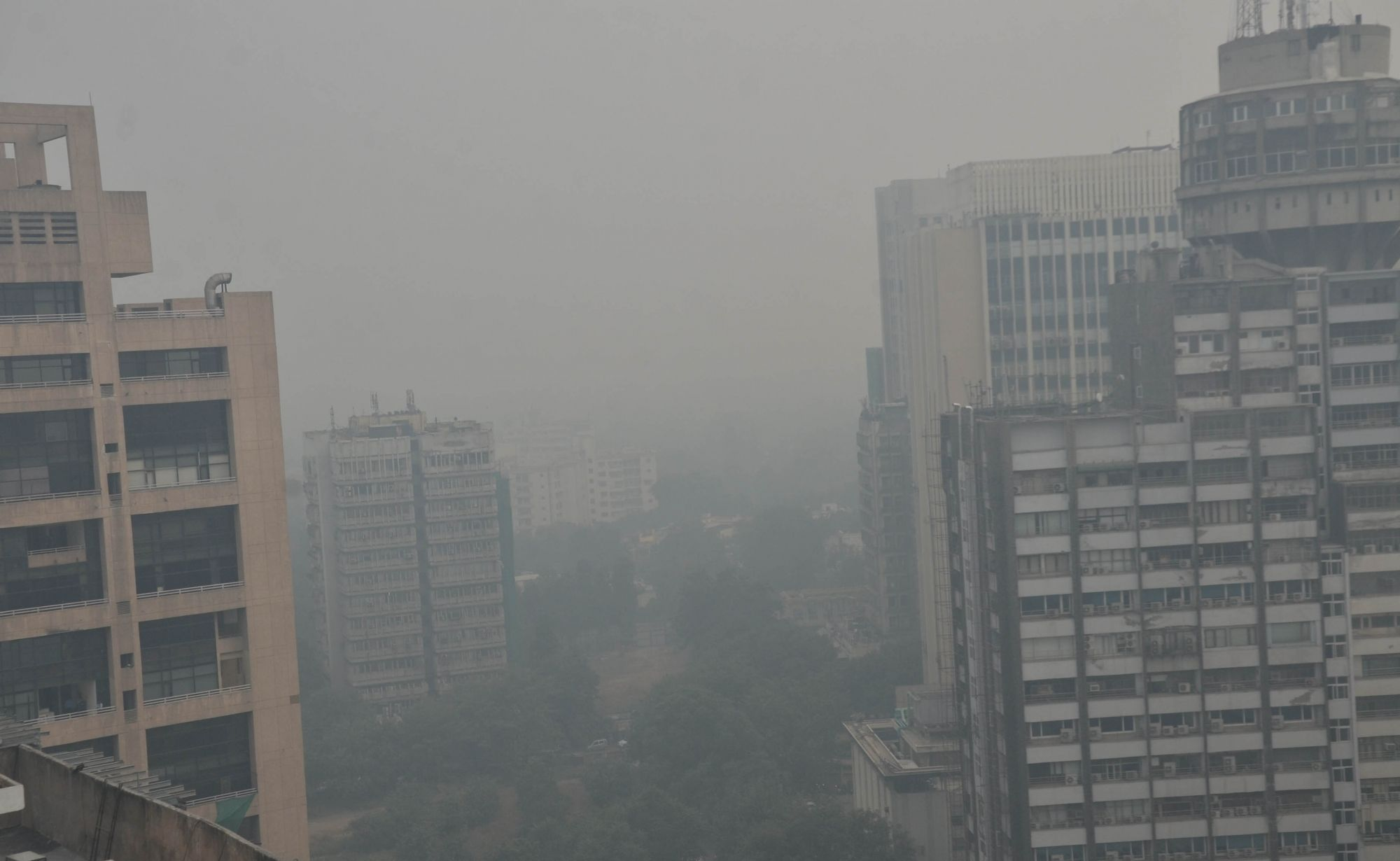AQI in Delhi plunges to 'very poor' at 306, temperature dips to 9.4 degree Celsius