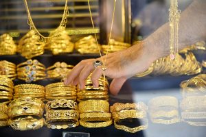 Gold futures dip Rs 182 to Rs 39,648 per 10 gm