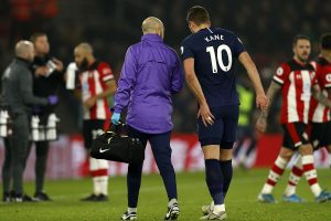 Tottenham captain Harry Kane tears hamstring, set for long absence