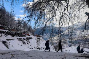 Snowfall and landslides keep Jammu-Srinagar NH closed for the second day