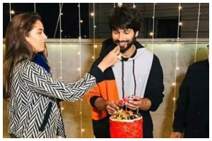 Watch | Shahid Kapoor gives epic reaction to 'Jersey 400 crore' birthday cake