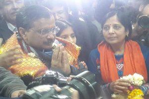 Arvind Kejriwal, Manoj Tiwari pay visit to lord Hanuman with few hours left for Delhi election