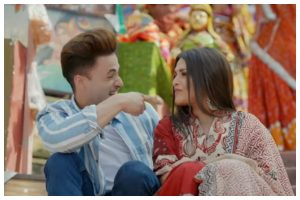 Watch | Asim Riaz, Himanshi Khurana's romantic video 'Kalla Sohna Nai' out