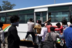 Police blocks entry of migrant workers into Delhi's Anand Vihar ISBT to stop their exodus amid Coronavirus lockdown