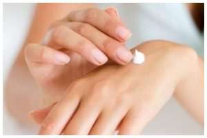 Homemade packs to deeply hydrate your hands and make them soft and smooth