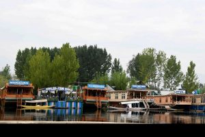 J&K government bans new houseboats in Kashmir's Dal, Nigeen lakes