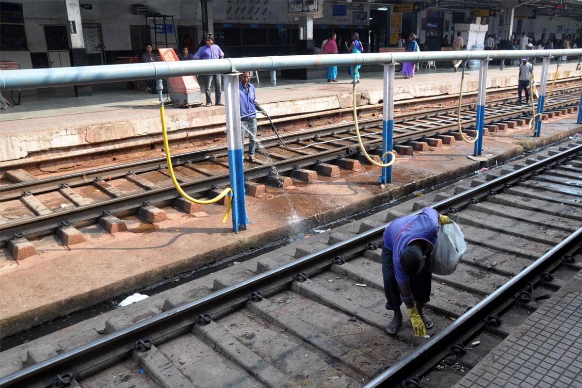 Alert plumber, derailment, train, UP