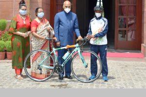 President Ram Nath Kovind gives special 'Eidi' to class 9 student on Eid-al-Adha