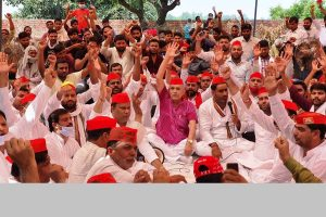 Samajwadi Party holds panchayat to raise issue of spurious liquor, demands compensation to deceased's families