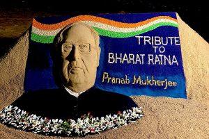 Sudarshan Pattnaik pays tribute to Pranab Mukherjee with sand art