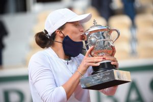 19-year-old Iga Swiatek beat Sofia Kemon to lift maiden French Open title