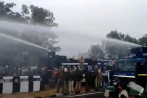 Farmers March: 'Ready to face bullets', say protesting farmers; police barricades thrown into river