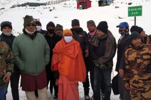 Heavy snowfall leaves Yogi Adityanath, Trivendra Rawat stuck in Kedarnath for over 9 hours