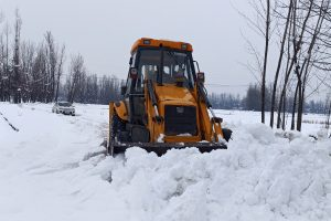 Flights resume from Srinagar after 4 days, highway remains blocked with snow & landslides