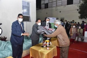 Harsh Vardhan distributes blankets, masks and soaps among poor staying at AIIMS