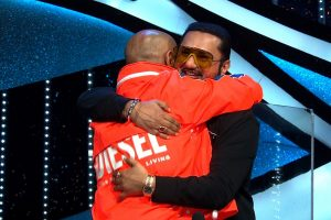 Yo Yo Honey Singh, Vishal Dadlani hug and patch up on Indian Idol 12