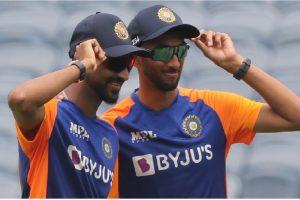 1st ODI: Krishna, Krunal make debut, Kuldeep returns