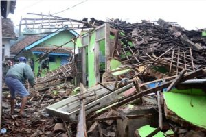 Quake in Indonesia triggers small tsunami, damages houses