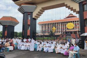 Congress holds mock session outside Kerala assembly against Vijayan