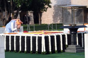 PM pays tribute to Mahatma Gandhi at Rajghat on I-Day