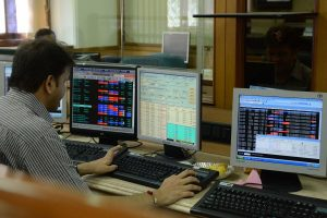 Sensex pares losses to hit new high; HDFC, RIL shares rise