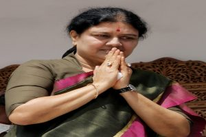 Sasikala meets Panneerselvam to express condolences on his wife's passing away