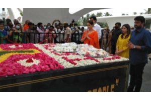 Ahead of 'Thalaivii' release, Kangana visits Jayalalithaa's memorial